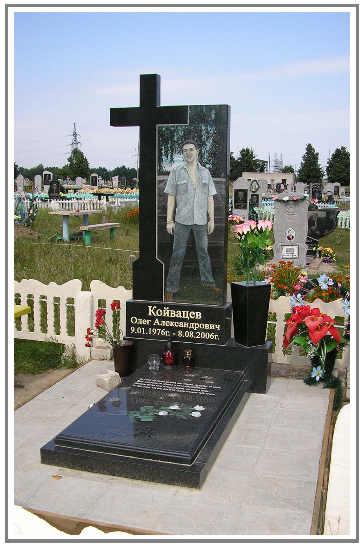 Цоколь из габбро-диабаза Чеховская Памятник Роза из двух видов гранита Красноборск