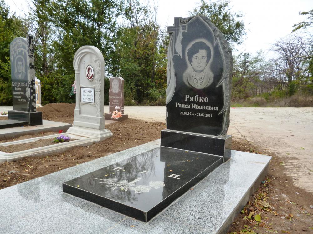 Памятник из гранита Куйбышев Лампадка из габбро-диабаза резная Изербаш